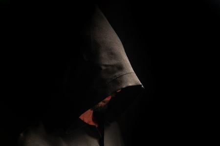 Retrato de un valiente guerrero vagabundo con un manto negro. Fantasía histórica. Víspera de Todos los Santos Foto de archivo
