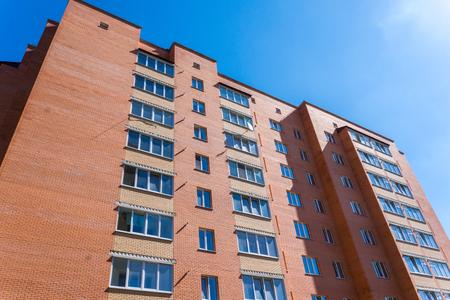 Modern en nieuw appartementengebouw. Modern, nieuw, stijlvol woongebouw met meerdere verdiepingen. Onroerend goed. Nieuw huis. Nieuw gebouwd flatgebouw. Stockfoto
