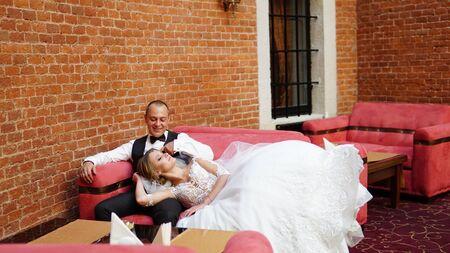 Bride and groom walking away in summer park outdoors. 免版税图像 - 140051858