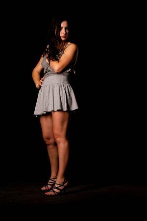Cheveux brune foncée sexy belle femme porter des vêtements shorts et maquillage veste. Femme d'affaires de style bureau à la mode. Robe formelle. Jolie fille glamour aux cheveux ondulés