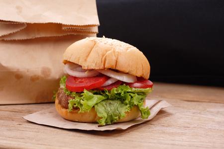 produits alimentaires: Hamburgers sur fond de bois