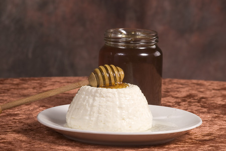 whithe: white cheese with  honey