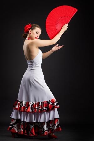 Flamenco danseres in witte jurk met grote rode ventilator