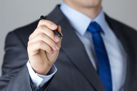 hombre escribiendo: Hombre de negocios escrito algo sobre la placa de vidrio con marcador de primer plano