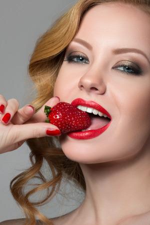 イチゴと美しい女性 写真素材