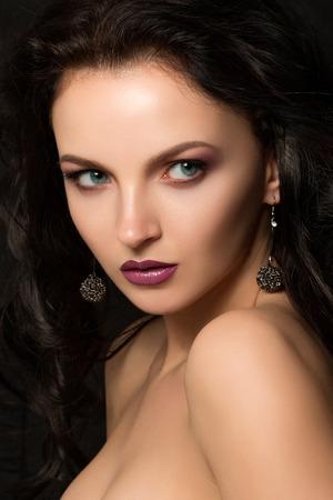 lussureggiante: Ritratto di bellezza della splendida giovane donna con i capelli neri rigogliosa