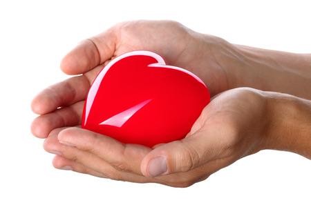 donacion de organos: Manos masculinas que da el corazón rojo