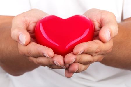 relaciones humanas: Manos masculinas que da el coraz�n rojo