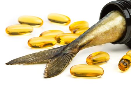 魚の油のカプセルおよび魚の尾茶色の瓶の中
