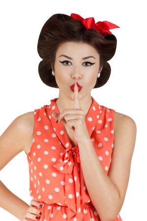 guardar silencio: Retrato de la vendimia del estilo de la mujer con el dedo en los labios