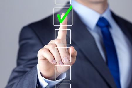 toma de decision: Hombre de negocios haciendo interfaz Pantalla t�ctil decisi�n correcta