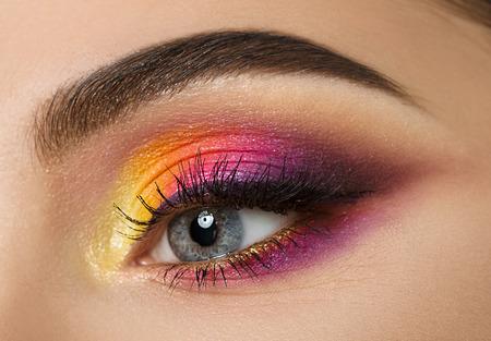 ojos hermosos: Colse-ojo de la mujer con maquillaje colorido hermoso