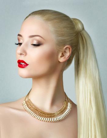 tail woman: Retrato de la belleza de la hermosa mujer rubia con coleta