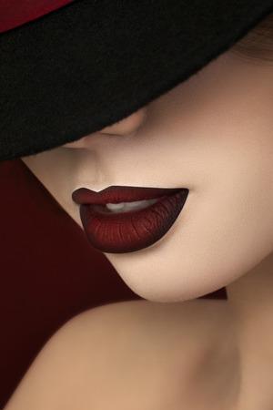 labios rojos: Close-up retrato de joven guapísima actriz con los labios de color rojo oscuro Foto de archivo