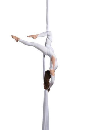 Het mooie jonge meisje uitvoeren van luchtfoto zijde dans op een witte achtergrond