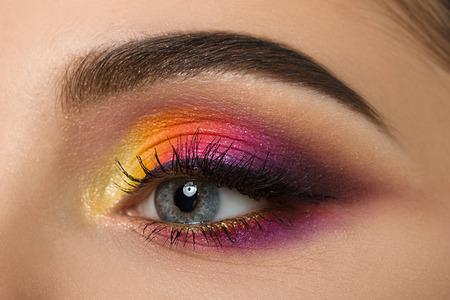 Close-up van de vrouw oog met mooie kleurrijke make-up