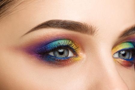 Close-up beeld van blauwe vrouwelijke oog met mooie moderne creatieve make-up