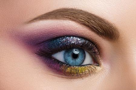 Close-upmening van blauw vrouwelijk oog met mooie moderne creatieve samenstelling Stockfoto