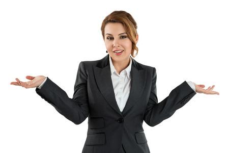 Pretty zakelijke vrouw met haar handen uit te zeggen dat ze niet weet geïsoleerd over witte achtergrond. Geen idee concept