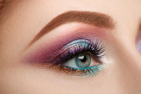 Close-up van vrouwelijke blauw oog met mooie make-up. Perfect Make-up close-up.