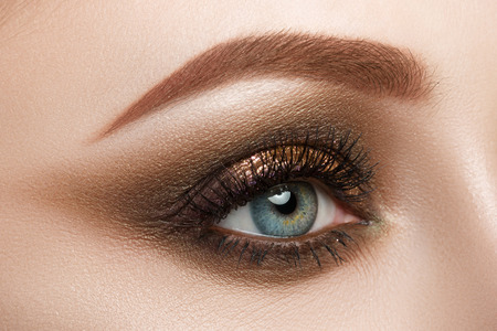 Vista de primer plano del ojo azul femenino maquillaje hermoso. Perfecto primer maquillaje. Foto de archivo