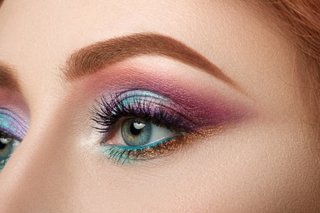 Close-up van vrouwelijke blauw oog met mooie make-up. Perfect Make-up close-up.