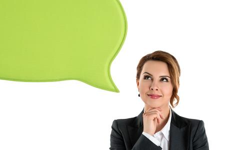 personen: Portret van gelukkige zakenvrouw denken en kijken met lege groene zeepbel toespraak op wit wordt geïsoleerd Stockfoto