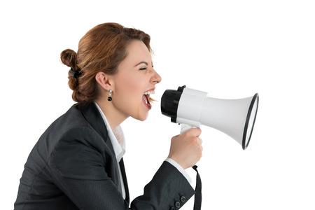 megafono: Mujer de negocios divertido gritando con un megáfono sobre fondo blanco. Retrato de perfil