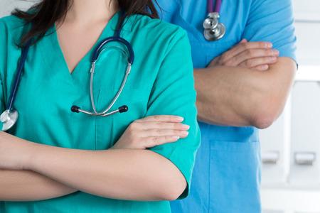 Dos médicos Standind con los brazos cruzados sobre el pecho listo para trabajar. Salud y concepto médico.