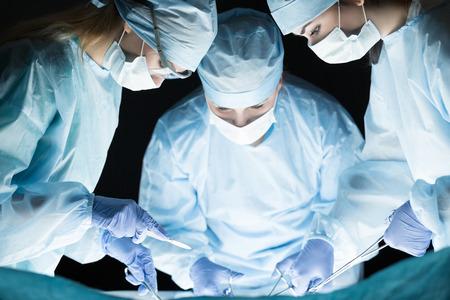 Medisch team dat handeling uitvoert. Groep van chirurg aan het werk in operatiekamer