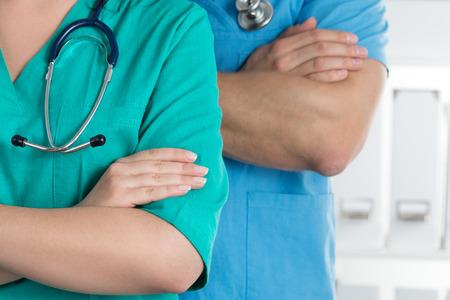 그들의 팔을 함께 서 두 의사가 가슴에 일할 준비가 넘어. 의료 및 의료 개념입니다.