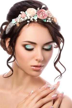 Portret van jonge mooie bruid. Bruiloft kapsel en make-up.