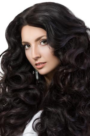cabello negro: Retrato de la mujer elegante con un hermoso cabello negro. Muchacha de la belleza con la piel perfecta. Cara maquillaje. Belleza, spa y el cuidado del cabello concepto