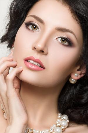 ojos marrones: Close-up retrato de la belleza de la joven morena modelo bonita con maquillaje hermoso. Foto de archivo