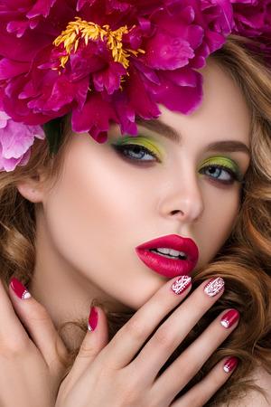 明るいピンクの口紅を着て、彼女の唇に触れる彼女の髪に花の花輪を持つ若いきれいな女の子のクローズ アップの美しさの肖像画。 写真素材