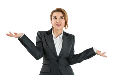 Pretty zakelijke vrouw met haar handen uit te zeggen dat ze niet weet die over een witte achtergrond. Heb geen idee concept Stockfoto
