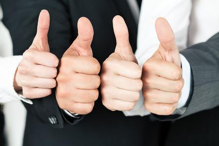 자신의 엄지 손가락을 가리키는 비즈니스 팀. 다른 비즈니스 사람들이 가리키는. 성공과 팀워크의 개념입니다. 스톡 콘텐츠