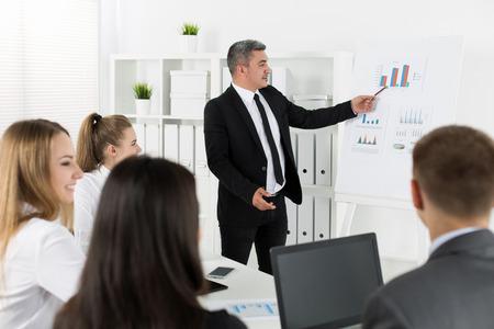 patron: hombres de negocios reunidos en la oficina para discutir proyecto. concepto de éxito del negocio