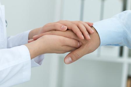 aide � la personne: La m�decine Femme m�decin rassurer son patient. Mains pr�s. Sant� et concept m�dical.