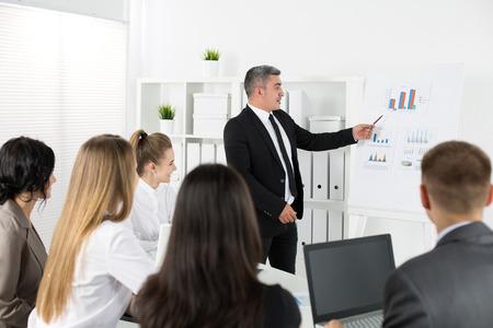 Zakelijke bijeenkomst in het kantoor om het project te bespreken. Zakelijk succes concept Stockfoto