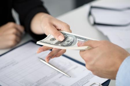 Vrouw nemen partij van honderd dollarbiljetten. Handen close up