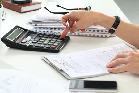 impuestos: Cierre de contable de sexo femenino o cálculos banquero decisiones. Ahorros, finanzas y economía de concepto
