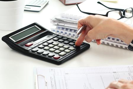 Close-up van vrouwelijke accountant of bankier maken van berekeningen. Besparingen, financiën en economie Het concept Stockfoto - 45107433