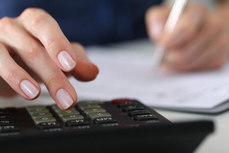 Cierre de contable de sexo femenino o cálculos banquero decisiones. Ahorros, finanzas y economía de concepto Foto de archivo - 45107439