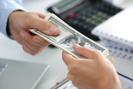 Man die partij van honderd dollarbiljetten. Handen close up