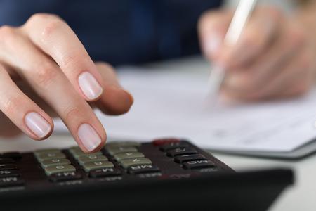 Close-up van vrouwelijke accountant of bankier maken van berekeningen. Besparingen, financiën en economie Het concept Stockfoto - 46008932