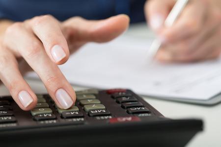 Close-up van vrouwelijke accountant of bankier maken van berekeningen. Besparingen, financiën en economie Het concept Stockfoto - 46009350