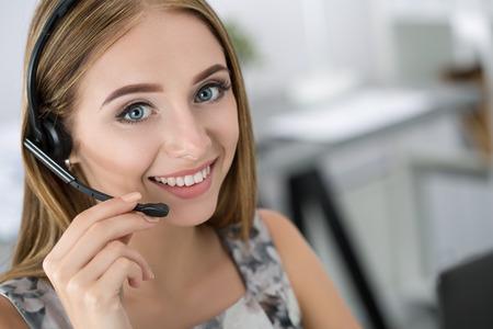 Portrait de la belle opérateur de centre d'appel au travail. Femme avec un casque de parler à quelqu'un en ligne Banque d'images - 46777352