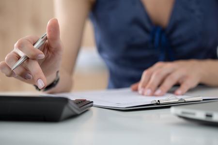 taxes: Cierre de contable de sexo femenino o c�lculos banquero decisiones. Ahorros, finanzas y econom�a de concepto