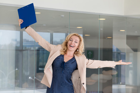 gerente: Happy excited business woman celebrating with arms up